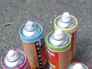Spraydosen stehen auf dem Boden